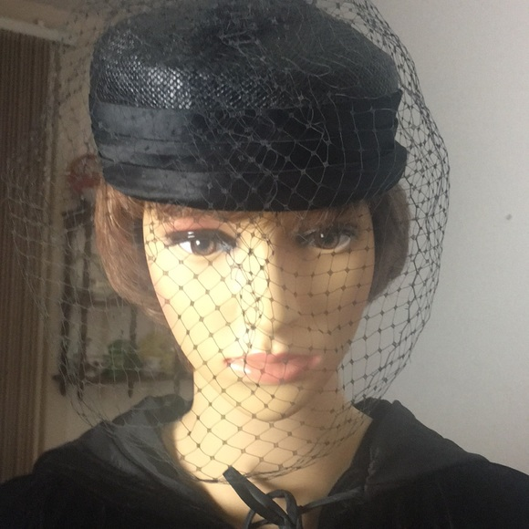 fe4ee52f7c0cc Vintage straw pill box hat with bow and veil. M 5b8dd0d774359b0414d6a0ce